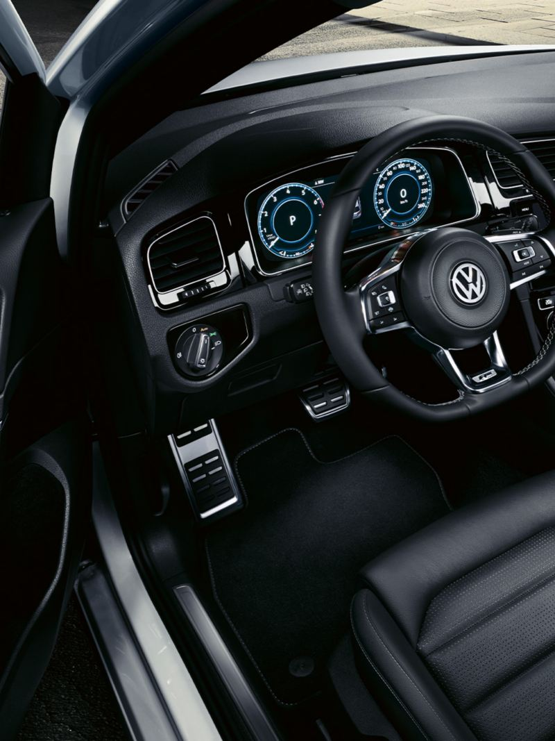 Interior do VW Golf R-Line, vista do lado do condutor