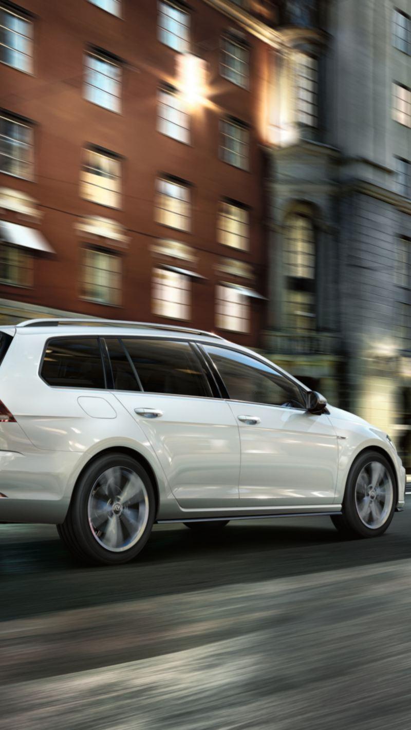 Volkswagen Golf sportscombi i rörelse