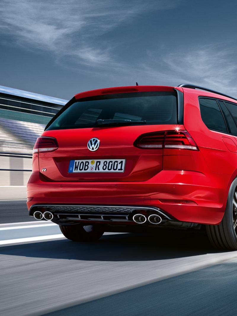 Stehender VW Golf R Variant, Heckansicht, steht in Boxengasse