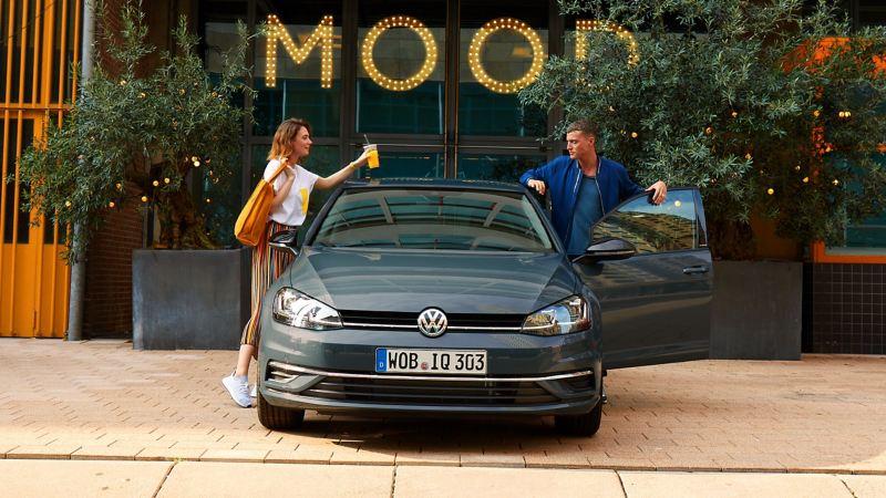 Ragazzi parlano prima di salire a bordo di VW Golf IQ Drive