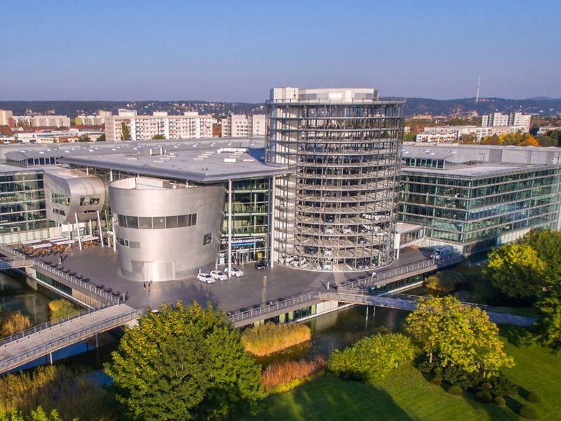 Die Gläserne Manufaktur in Dresden im Abendlicht aus der Luft betrachtet