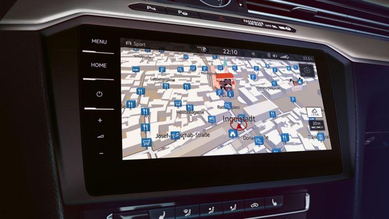 Visualizzazione del sistema di navigazione sul computer di bordo di una VW Passat