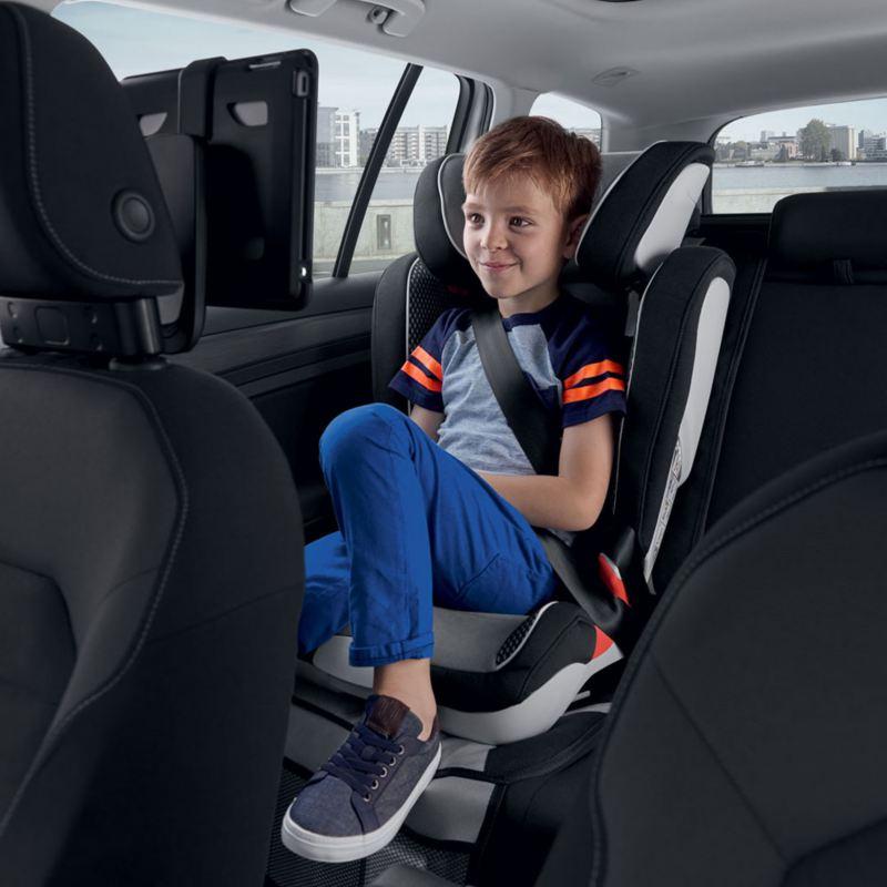 Bambino sul seggiolino all'interno di una Volkswagen