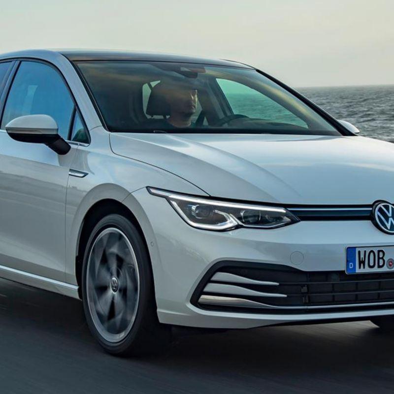 Volkswagen Golf 8 bianca in movimento