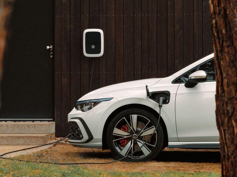 Der Golf GTE wird an einer VW Wallbox geladen