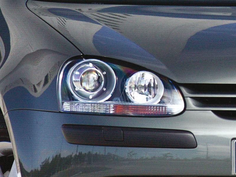 Dettaglio faro anteriore destro di una Volkswagen Golf 5.