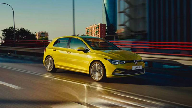 Laterale Volkswagen Golf 8 TGI in movimento in città