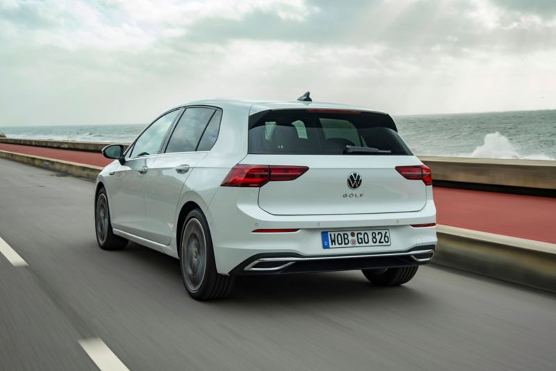 Volkswagen Golf eHYBRID vista tre quarti posteriore in movimento