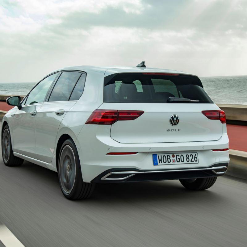 Vista posteriore Modello Volkswagen Golf 8 in movimento