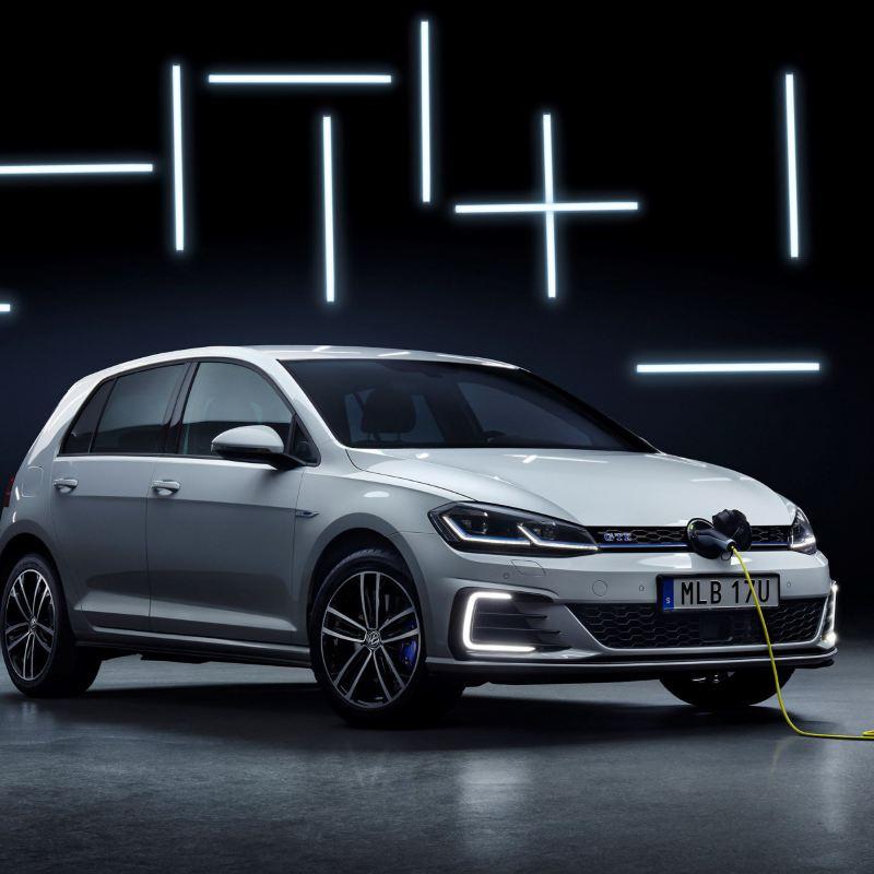 Volkswagen Golf GTE Edition snett framifrån