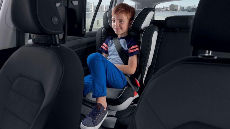 Bambino sul seggiolino all'interno di una vettura Volkswagen