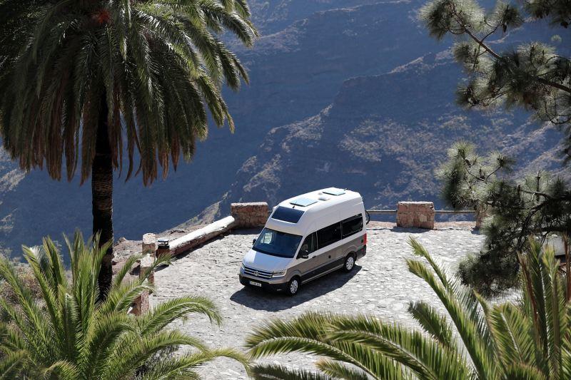 Grand California stoi w otoczeniu gór