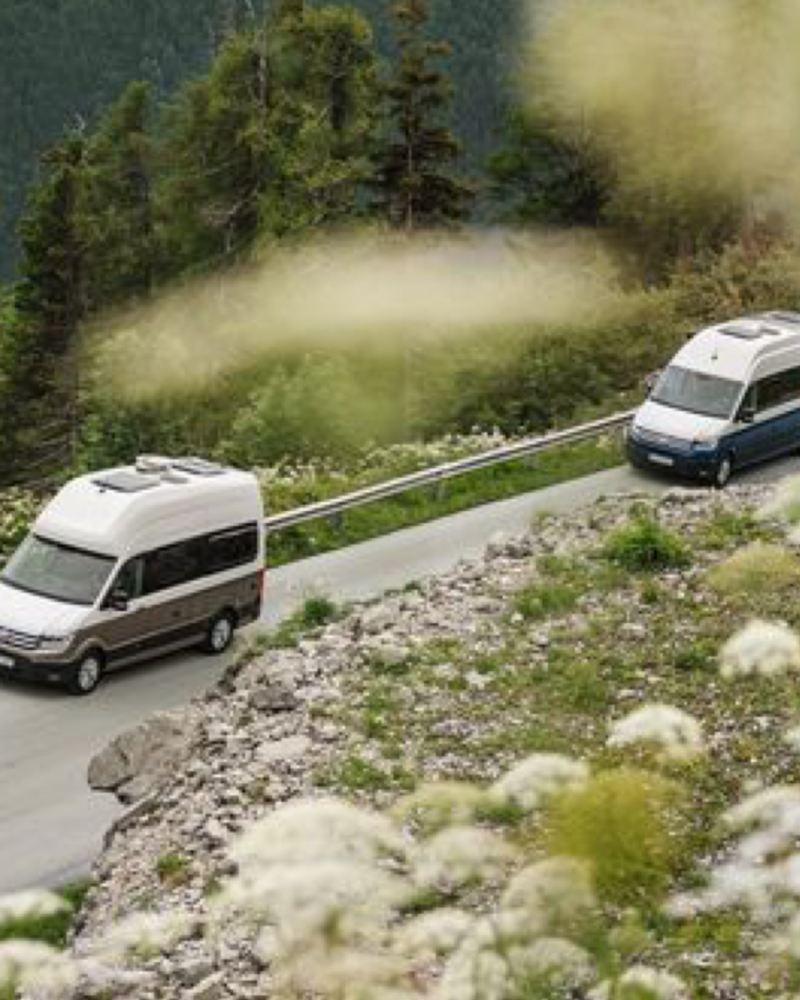 Duas VW autocaravanas Grand California na estrada
