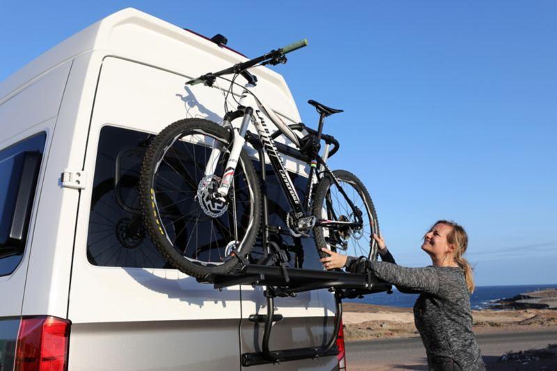 Rowery założone na tylny bagażnik Grand Californii