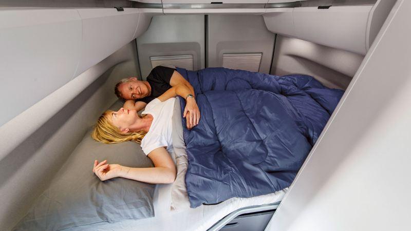 Stort innerutrymme trots kompakt ytterformat, vilket syns i bakre sängen. Tillval är takmonterad luftkonditionering.