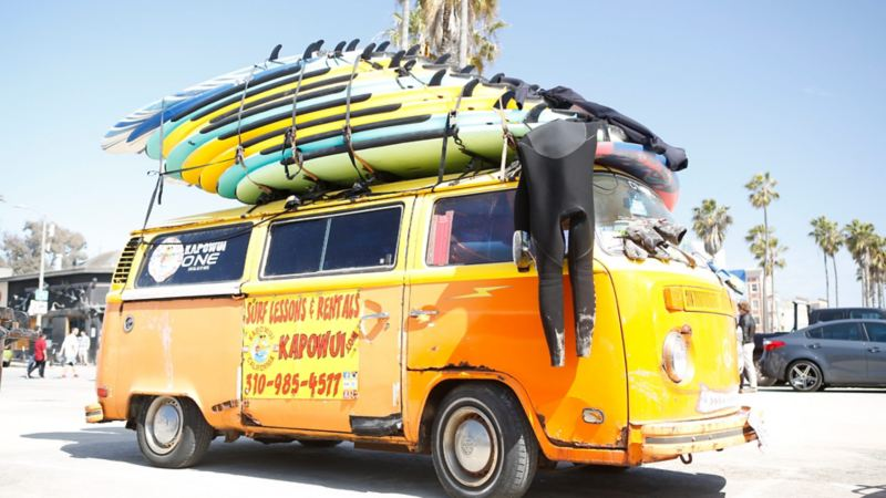 Martin Schillers huvudkontor är en gul surfbuss.