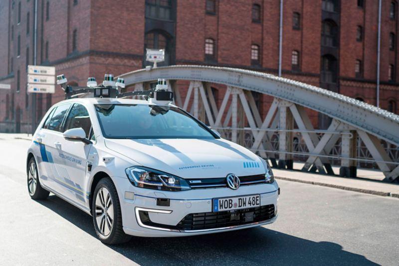 Ein mit Sensoren ausgerüsteter e-Golf fährt durch die Hamburger Speicherstadt.