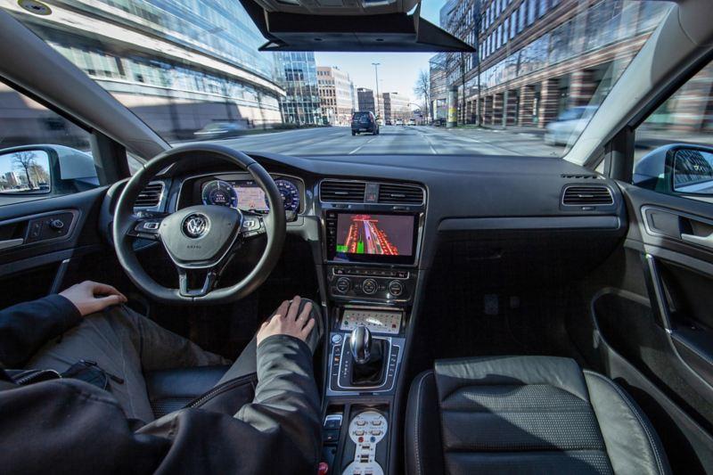 Blick ins Cockpit eines autonom fahrenden Testfahrzeugs.