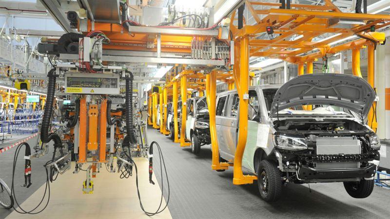 Volkswagen Bullis hängen am Fließband in einer Produktionshalle