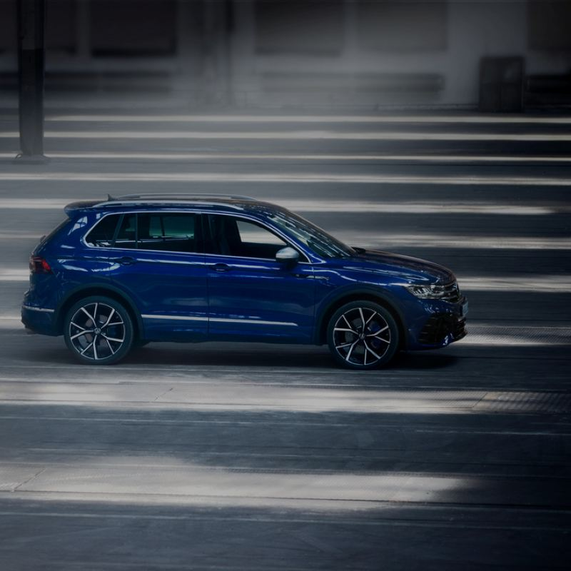 Volkswagen Tiguan R azul eléctrico aparcado y visto de costado