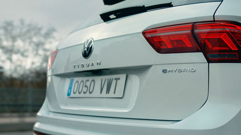 Detalle del logotipo del Volkwagen Tiguan eHybrid en la parte trasera