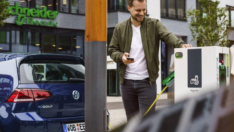 Um Volkswagen e-Golf a carregar