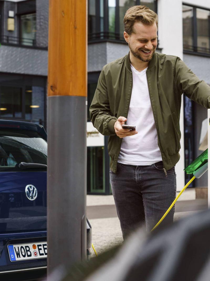 Una Volkswagen e-Golf viene ricaricata