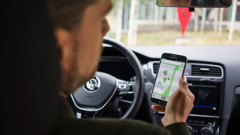 Lo smartphone indica la più vicina colonnina di ricarica per la tua Volkswagen e-Golf