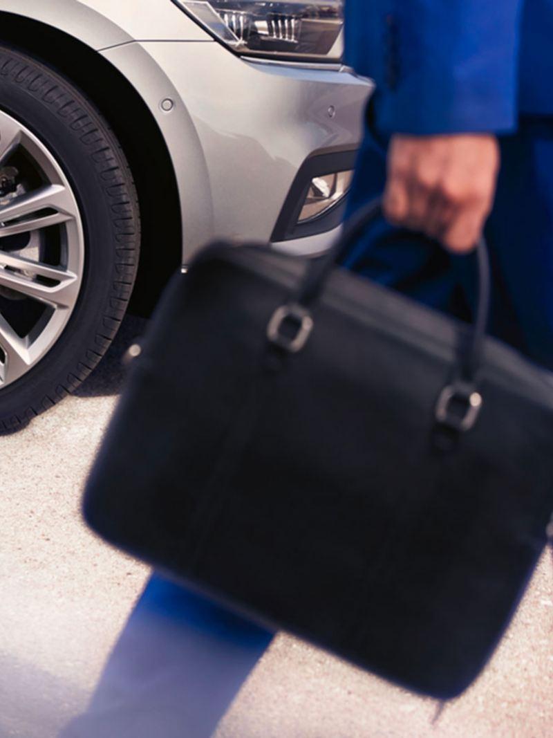 Un agente scende dalla sua auto Volkswagen Business aziendale