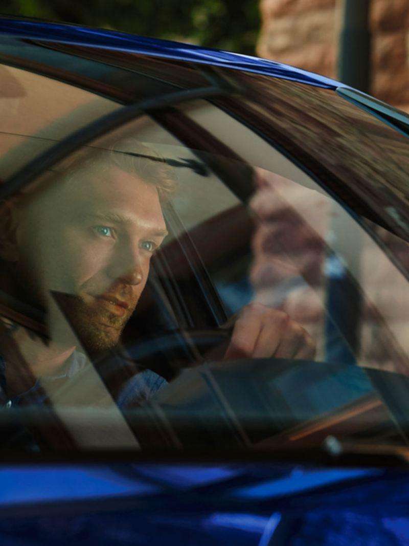 Un professionista a bordo della sua Volkswagen Business aziendale
