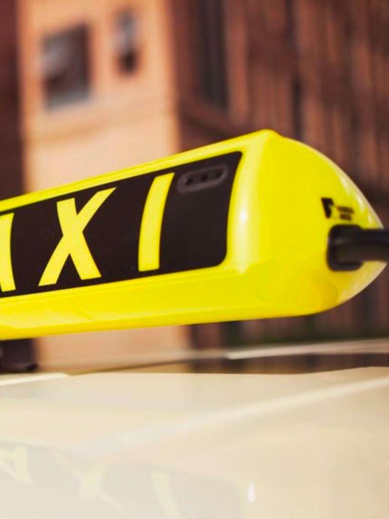 Insegna di taxi con scritta in giallo