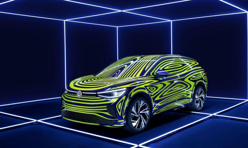 Inszenierung des ID.4 im Camouflage-Design in einer faszinierenden Licht- und Rauminstallation