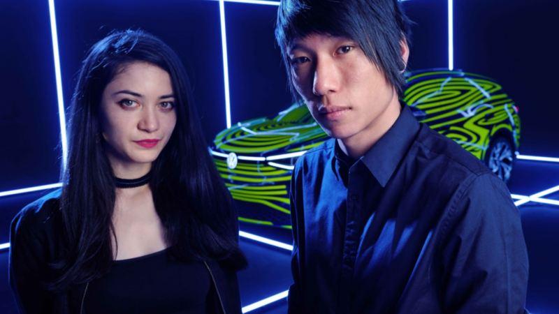 Close up dos artistas Noemi Schipfer e Takami Nakamoto à frente do  ID.4