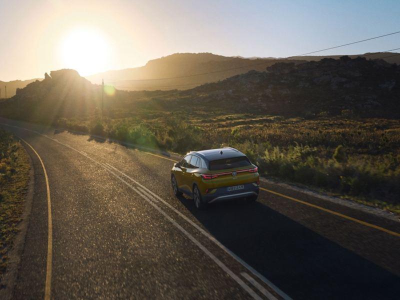 VW Volkswagen ID.4 elbil SUV sett kjørende bakfra på en landevei