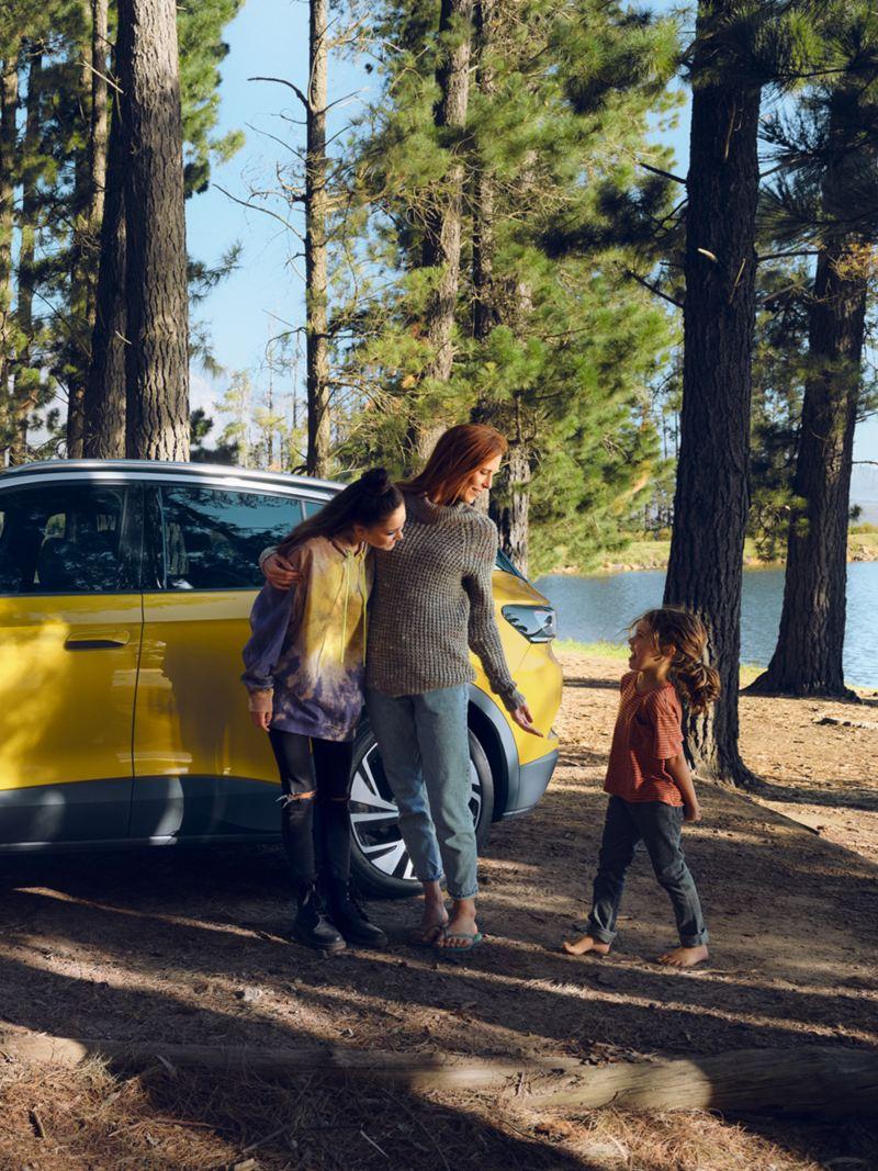 Familia junto a un ID.4 amarillo