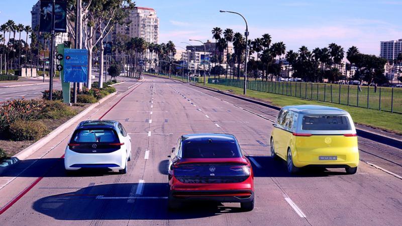 Drei Wagen fahren nebeneinander auf der Straße – AutoCredit