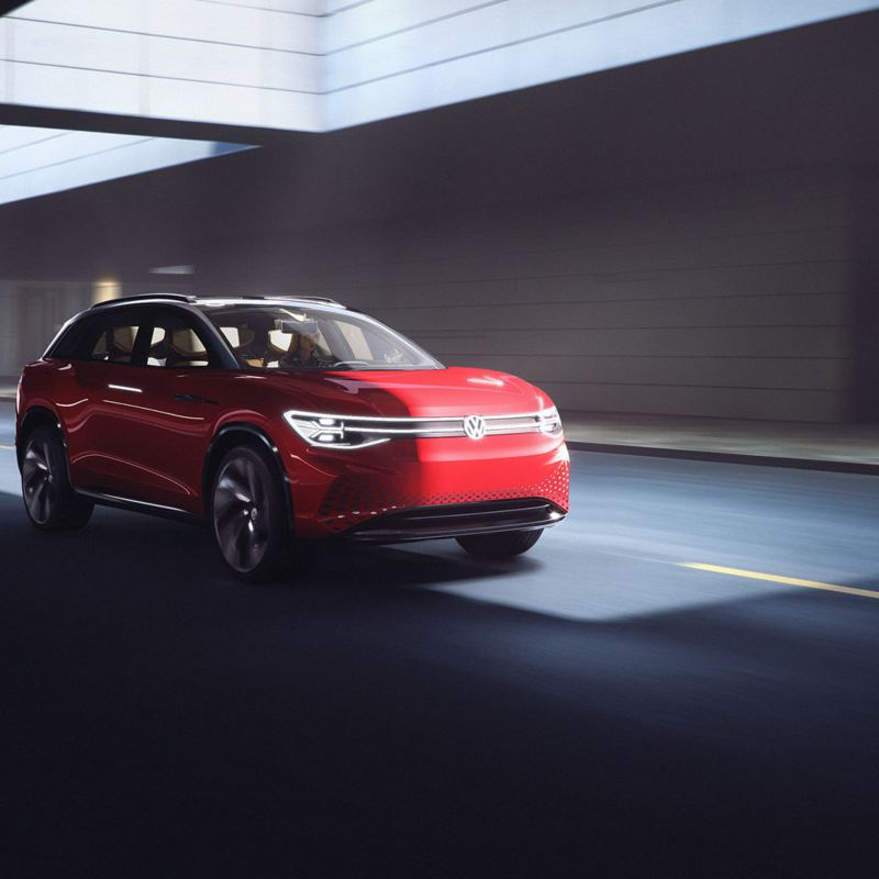 Volkswagen ID. ROOMZZ familiebil SUV kjørende i fart under bro