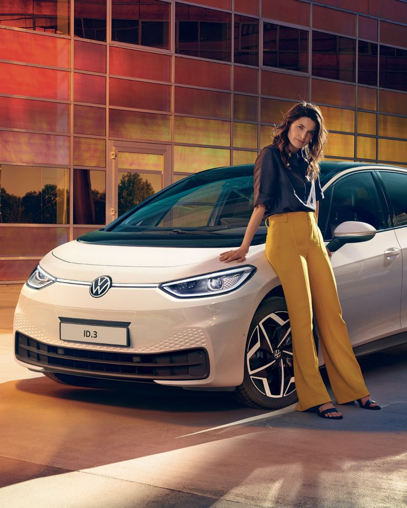 Ragazza vicino a Volkswagen ID.3 in sosta