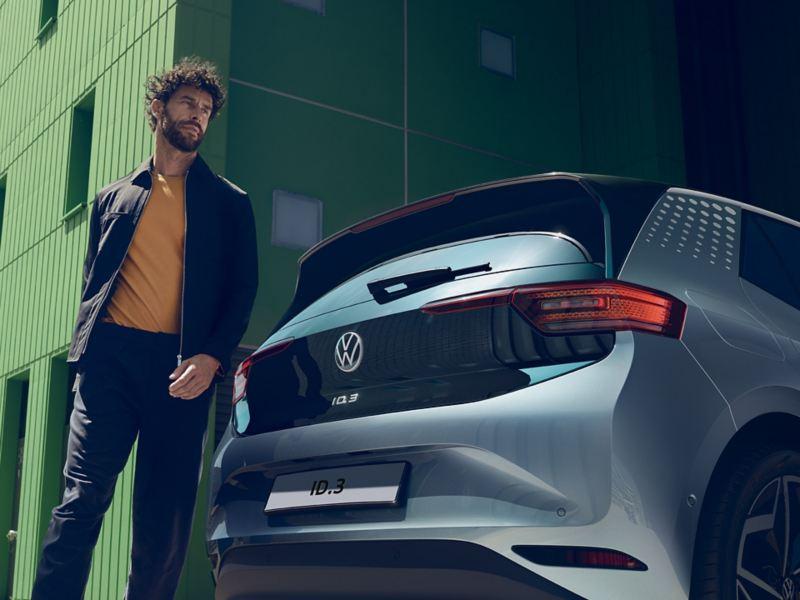 Ragazzo vicino a Volkswagen ID.3 in contensto urbano
