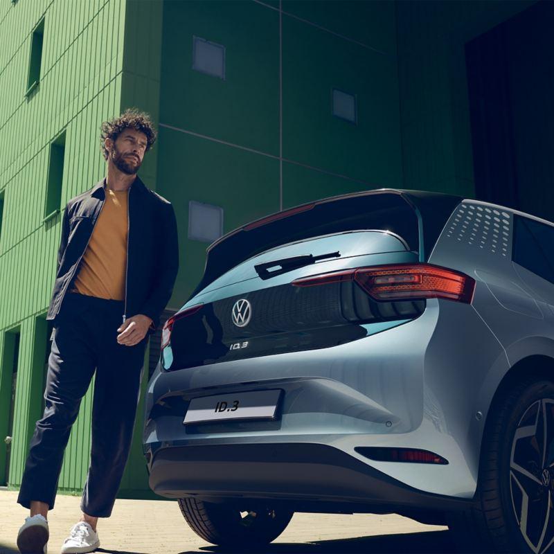ragazzo dietro alla ID.3 nuova auto elettrica di Volkswagen