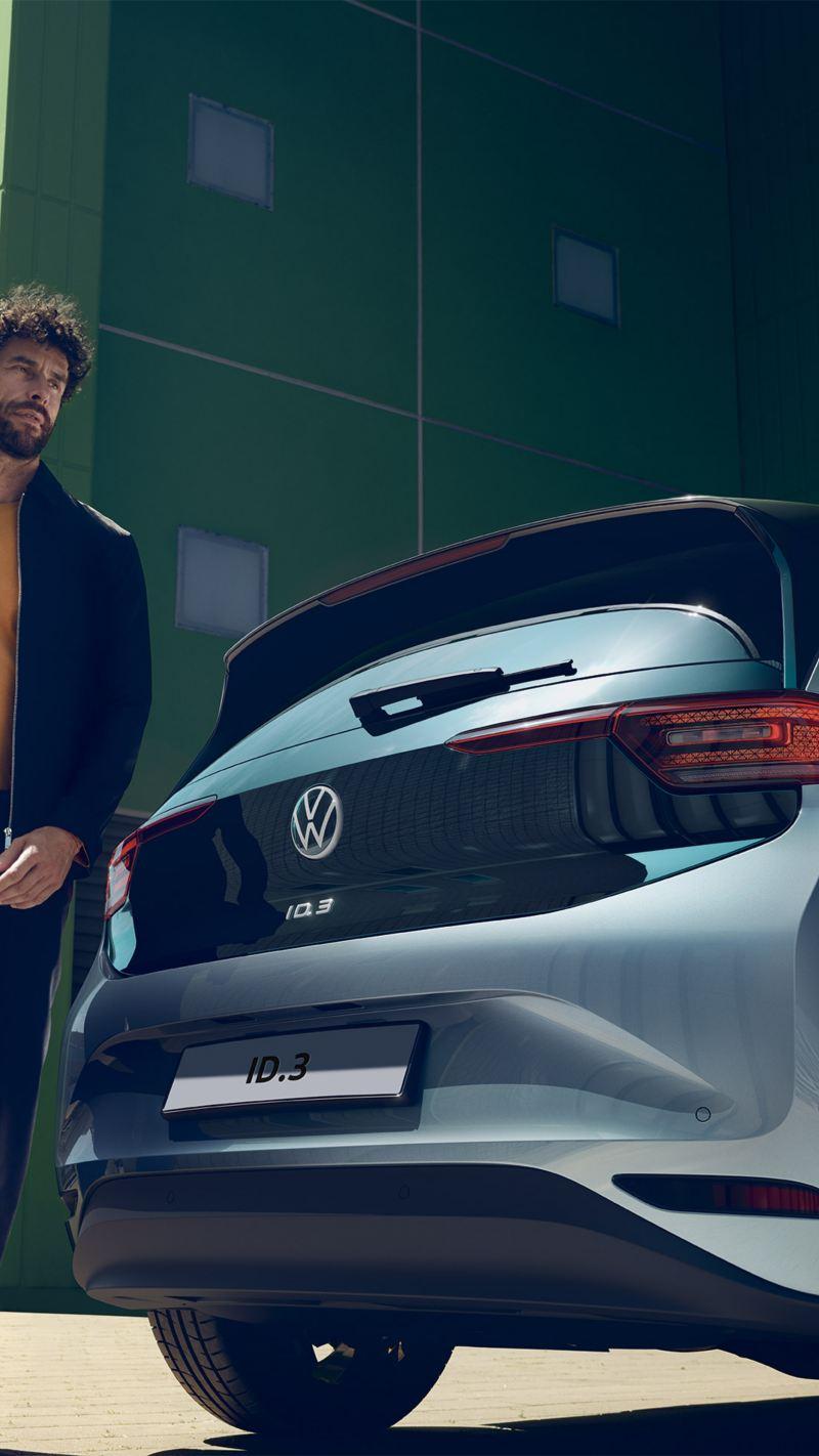 Ragazzo cammina vicino a Volkswagen ID.3 in contensto urbano
