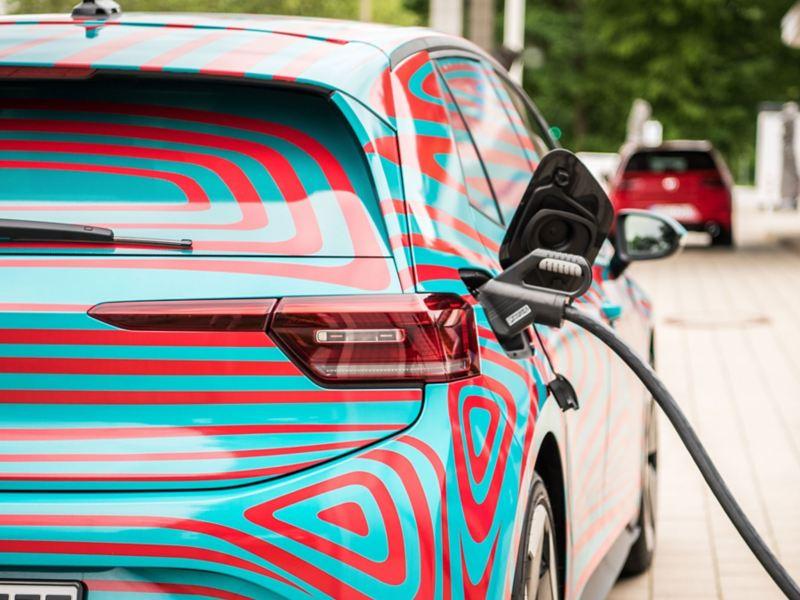 Volkswagen ID.3 elbil lader ved hurtigladestasjon