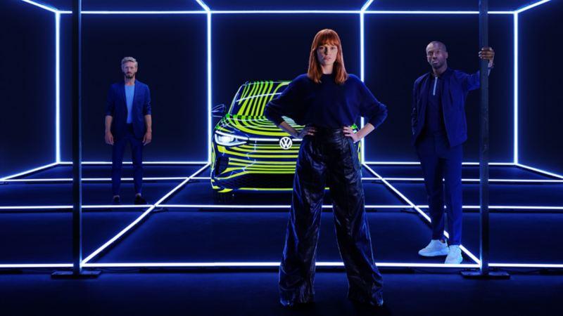 Une femme et un homme debout près du prototype ID.4