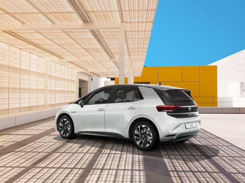 Vista tre quarti posteriore ID.3 1ST Volkswagen parcheggiata sotto tettoia