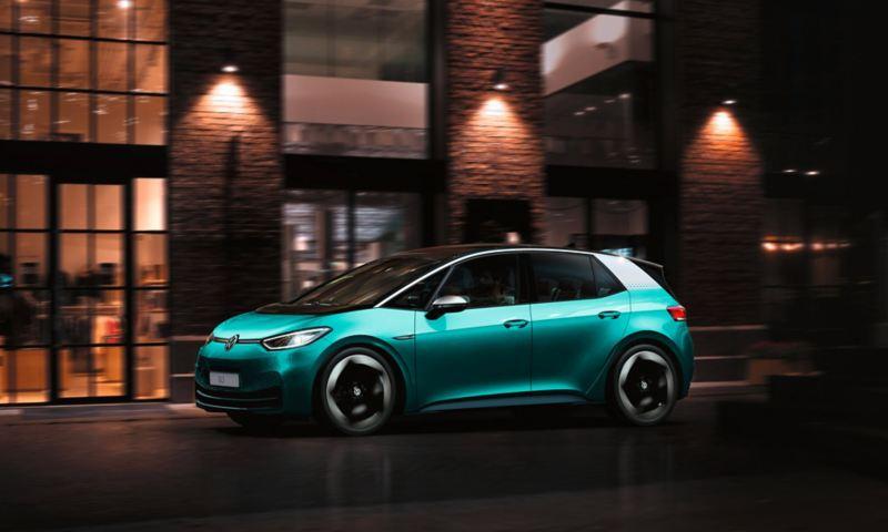 ID.3 1ST auto elettrica Volkswagen in movimento in città di notte