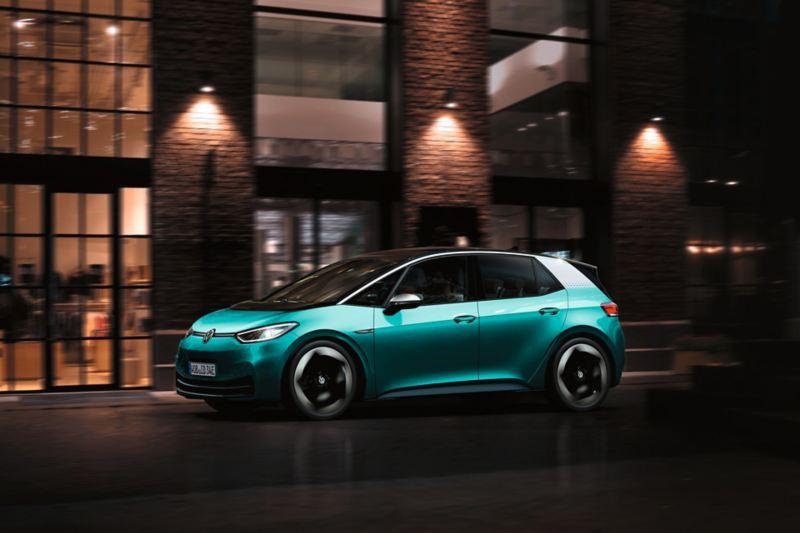 VW ID.3 in movimento di notte in città