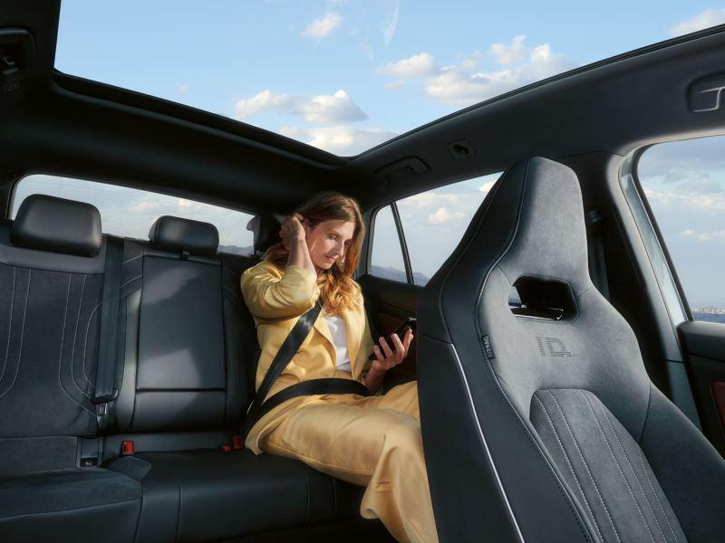 Taleassistenten i VW Volkswagen ID.3 er aktivert, en dame ser i kamera i førersetet