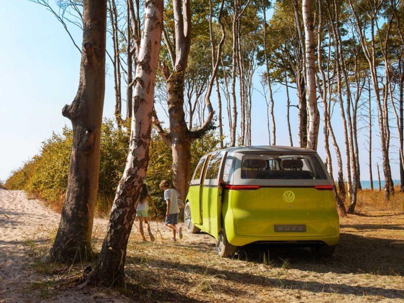 Volkswagen ID. BUZZ parkert ved sandstrand