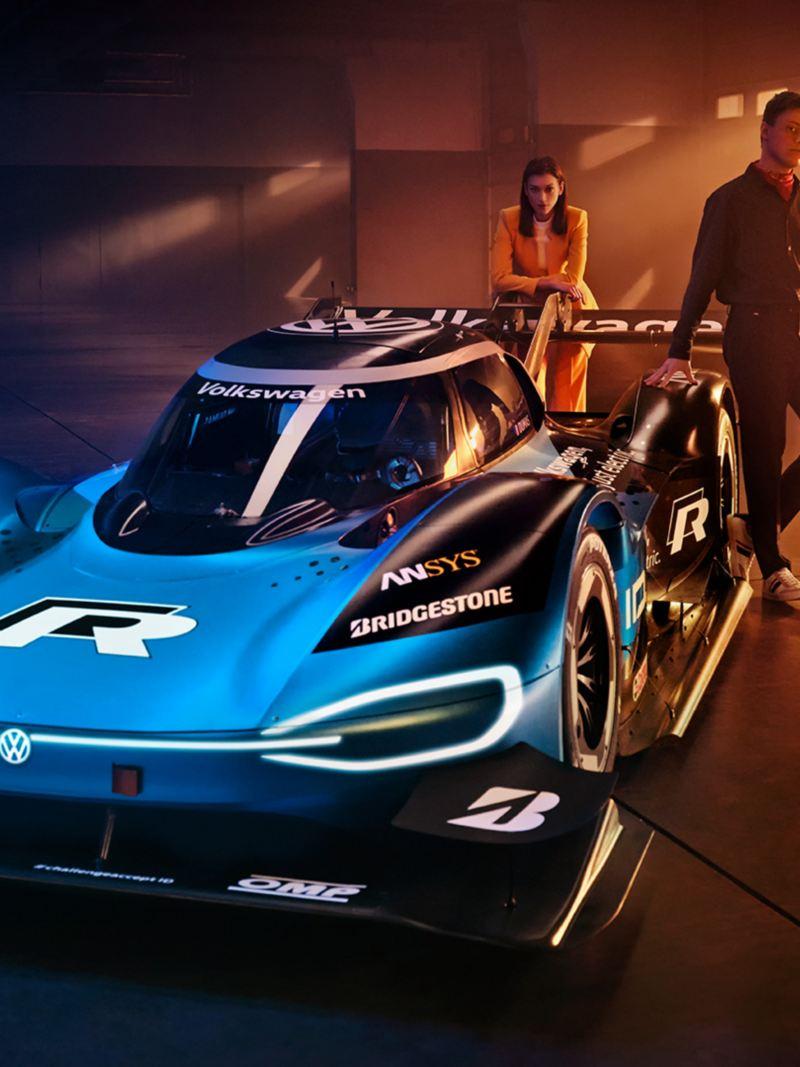 La voiture de course électrique ID. R de Volkswagen vu de biais