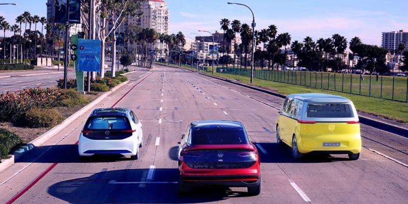 Les ID.3, ID. Crozz et ID. Buzz arpentent une rue de Los Angeles.